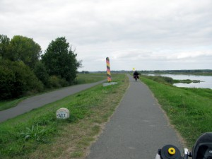 Sehr schön ausgebauter Radweg auf dem Oderdeich