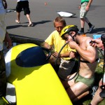 Daniel Fenn beim Reifen flicken