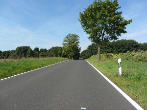 Kleine, leere Landstraße