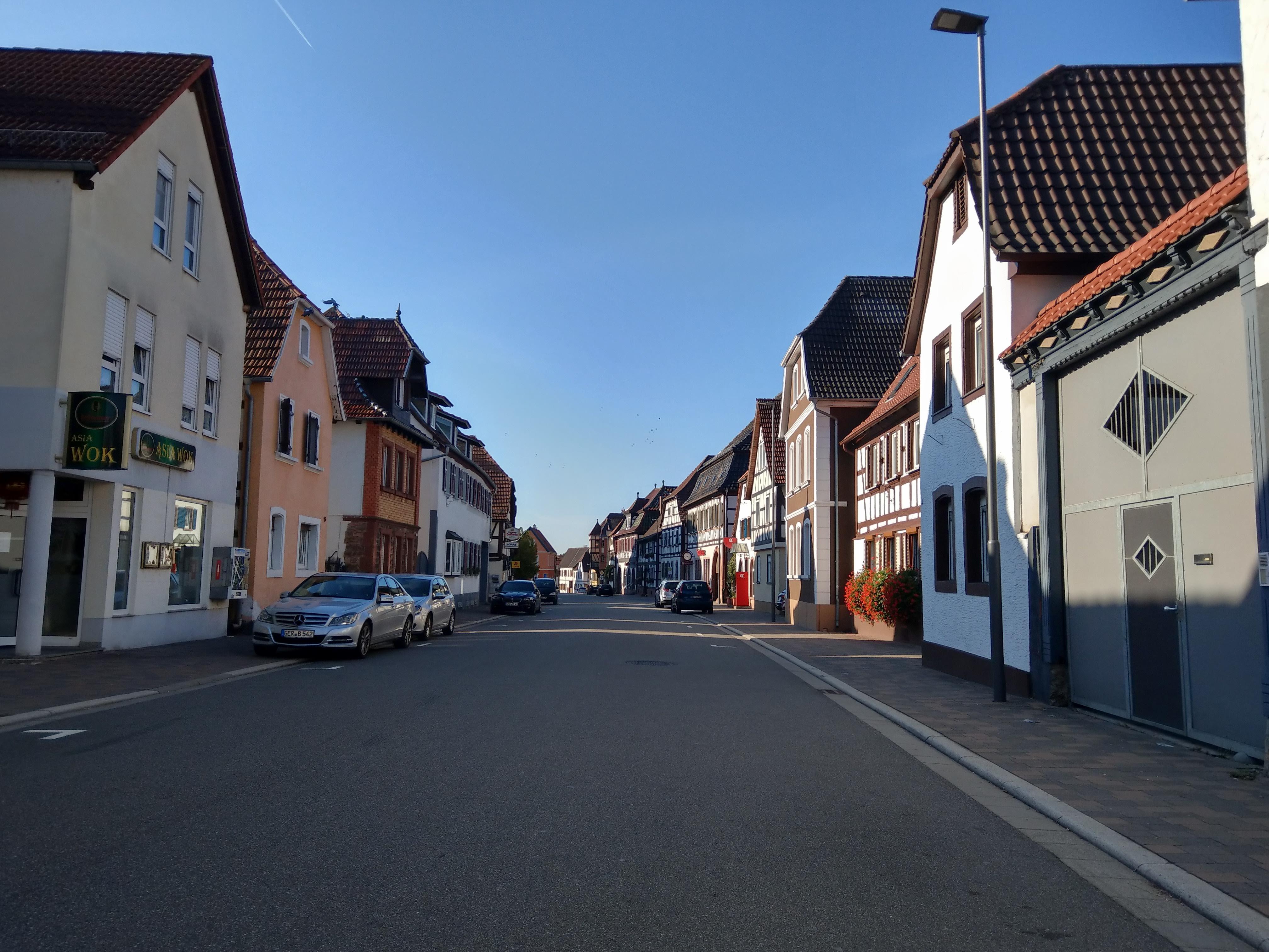 Leere Straße, kleines Dorf