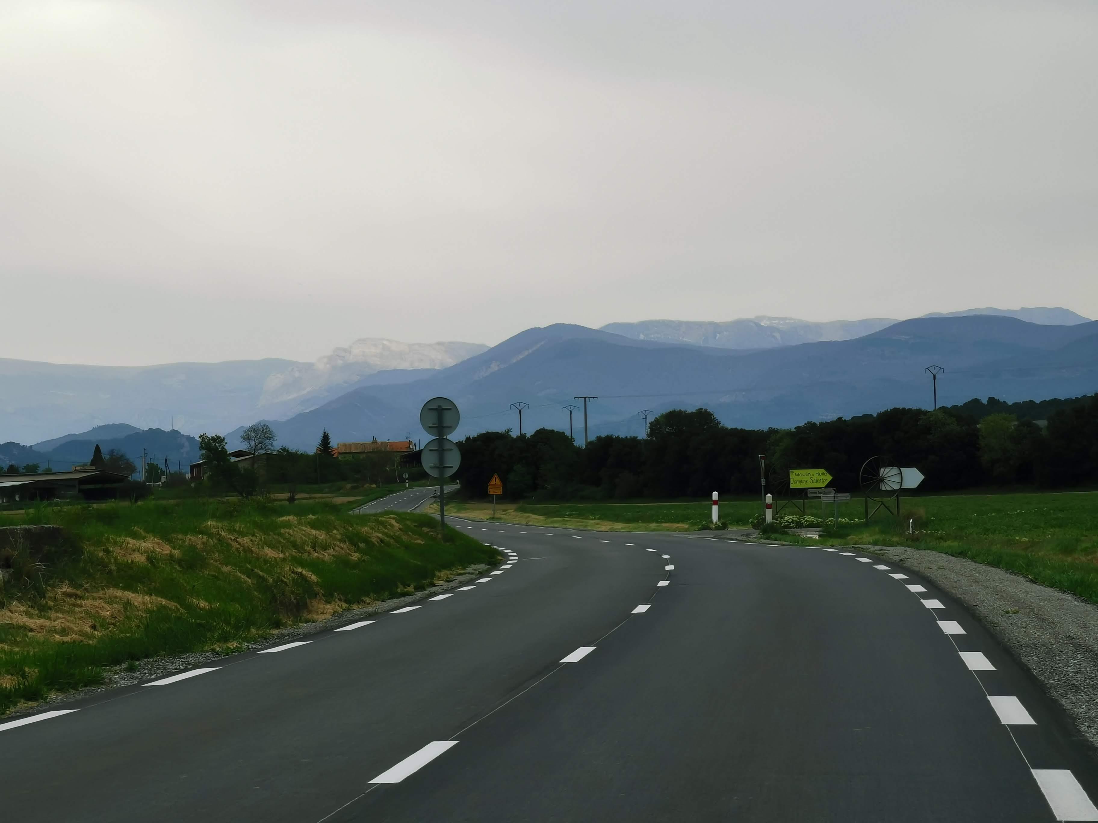 Leere Straßen, Berge am Horizont