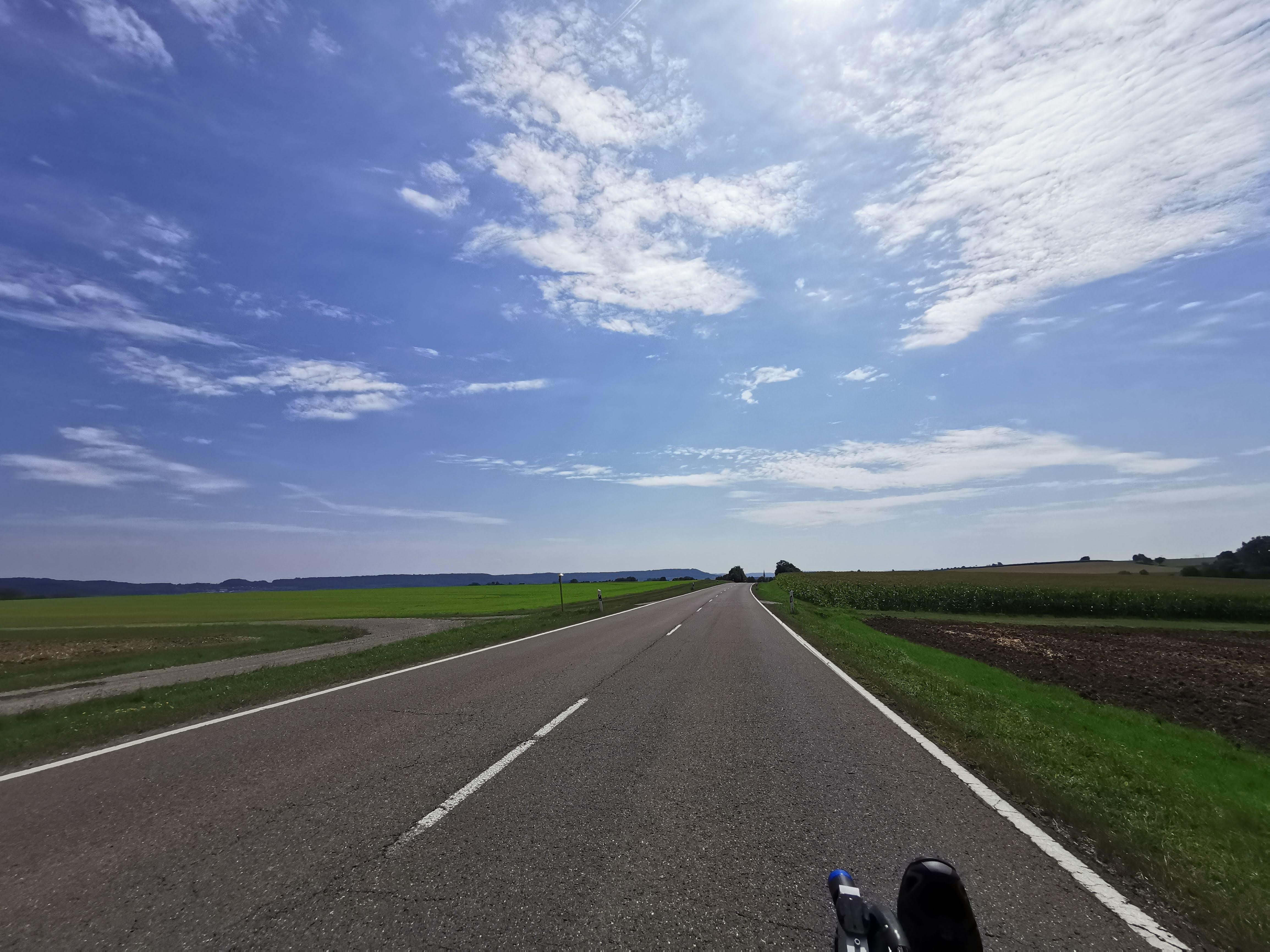 Endlose Landstraße unter blauem Himmel
