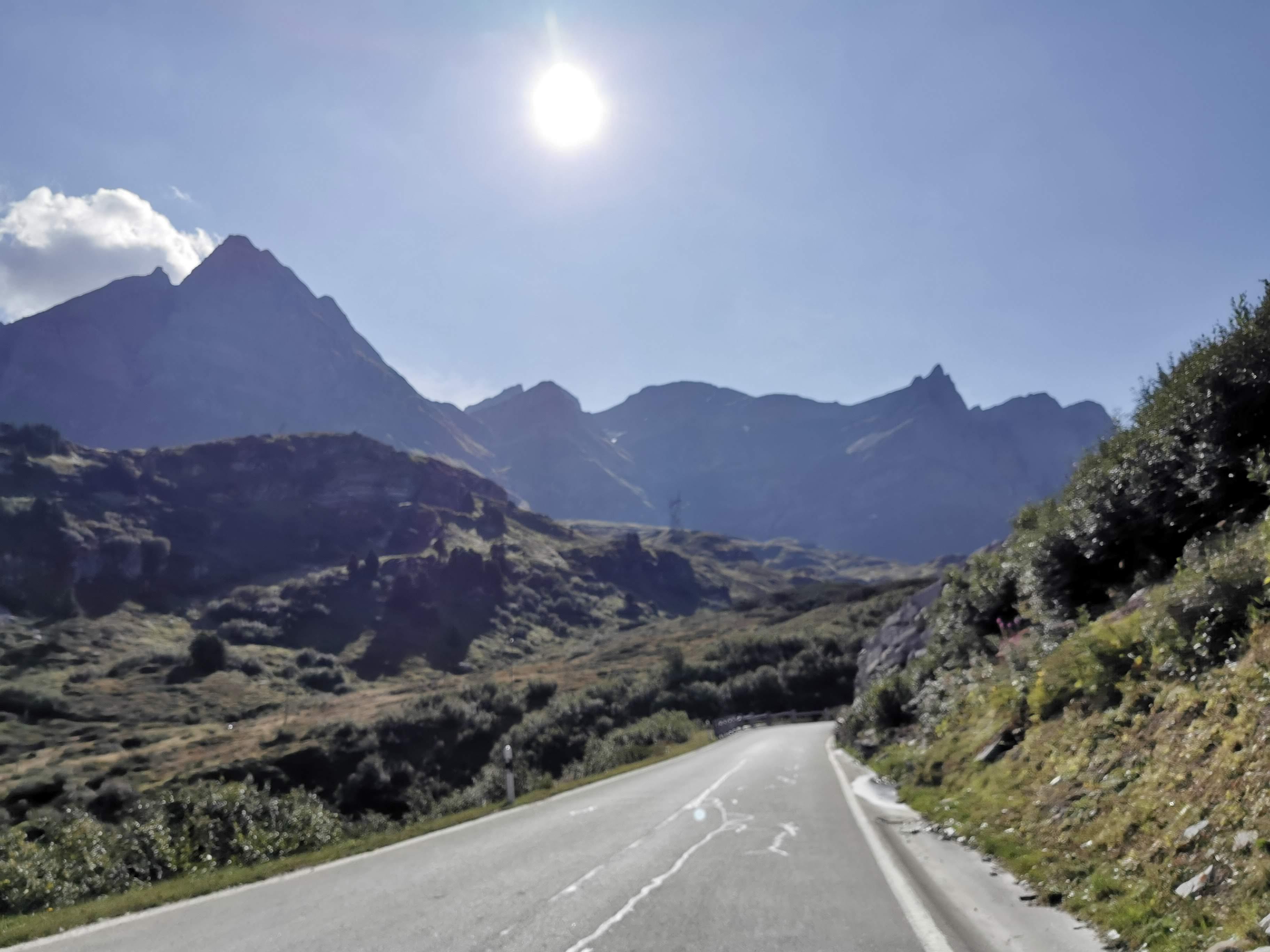Ruhige Straße und Bergpanorama
